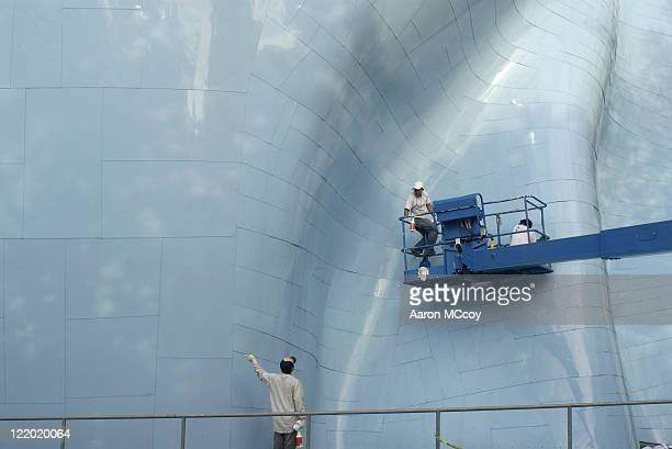 workers clean exterior of emp (experience music project) building in seattle, washington, usa - エクスペリエンスミュージックプロジェクト ストックフォトと画像