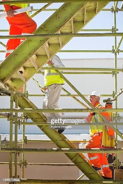 Arbeiter Klettern Schritte auf dem Hotelgelände