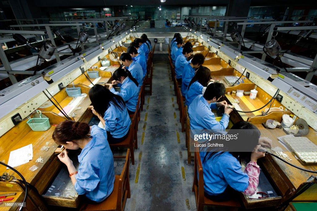 Jewellery Production in Panyu, China : News Photo