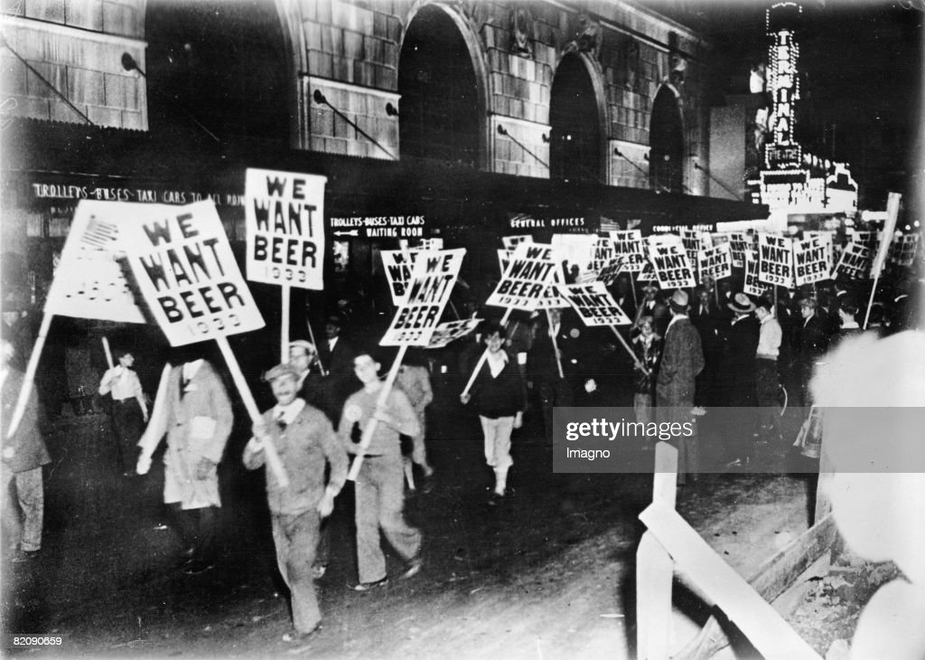 Workers demonstrating against prohibition in the streets of New York, Photograph, Around 1933 : Nieuwsfoto's