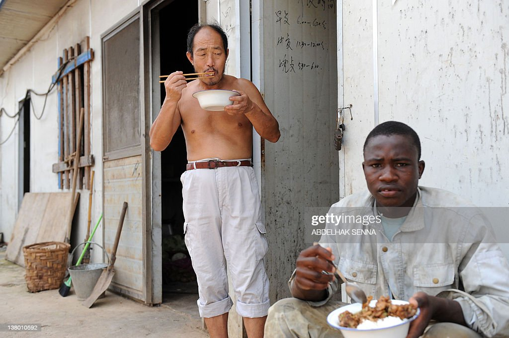 Workers from China and Burkina Faso empl : News Photo