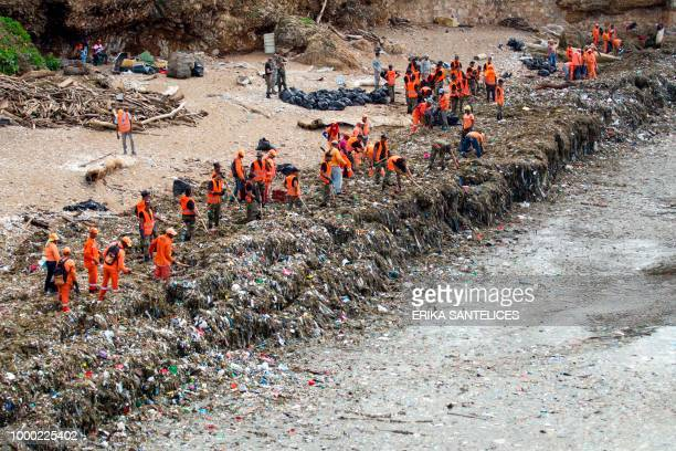 Workers from the Ministry of Public Works and Comunication collect garbage from the beaches of Güibia Montesino and next to the female Obelisk in the...