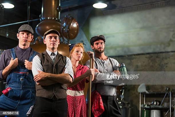 los trabajadores en una antigua destilería - roaring 20s fotografías e imágenes de stock