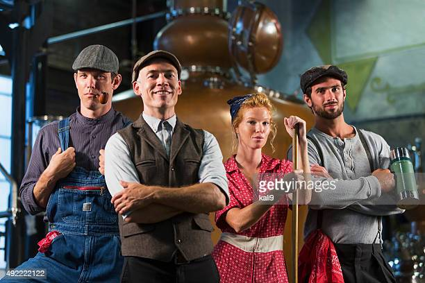 古いの蒸留酒製造所の労働者