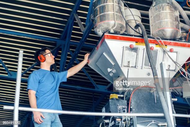werknemers in de fabriek - vorm stockfoto's en -beelden