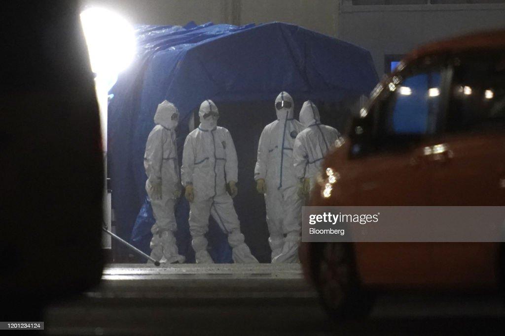 U.S. Evacuate Citizens Onboard Diamond Princess Cruse Ship in Yokohama : ニュース写真