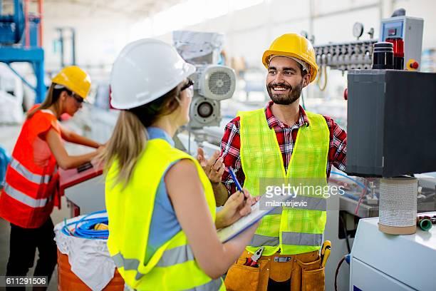workers in pvc factory - seguro - fotografias e filmes do acervo