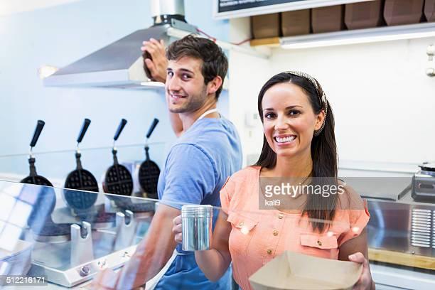 Travailleurs en magasin gaufré