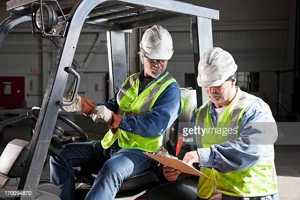 Trabajadores en almacén en carretilla elevadora