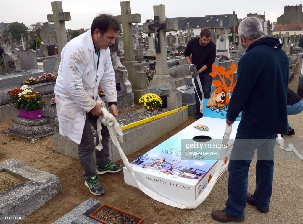 FRANCE-BURIAL-GRAVE- : News Photo
