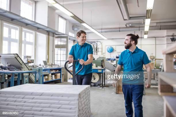 Arbeitnehmer, die gestapelten Pakete auf Seite LKW in Druckerei