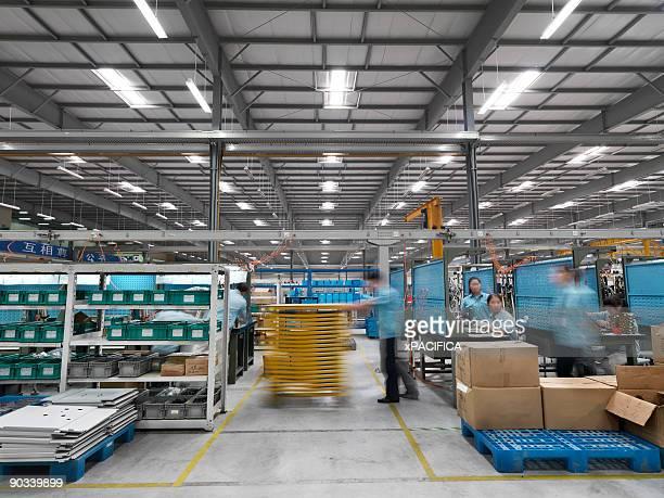 workers on a high tech factory floor - indústria - fotografias e filmes do acervo