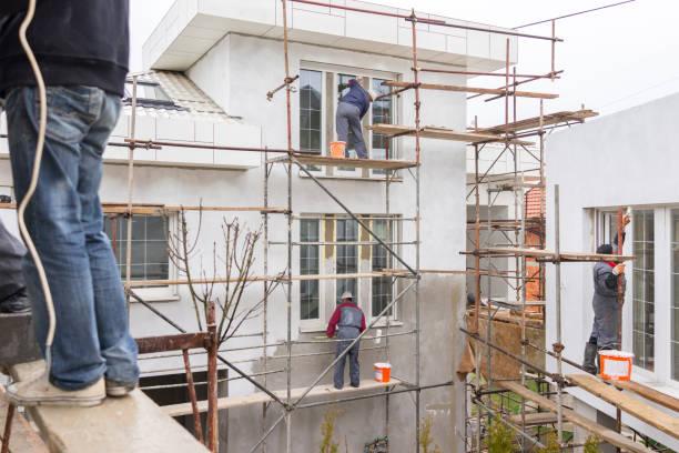 workers on construction site - echafaudage photos et images de collection