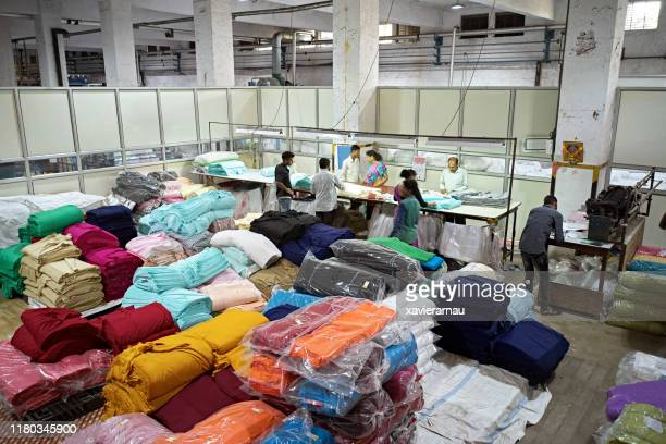 workers on factory floor of mumbai dyeing and printing mill - fábrica têxtil imagens e fotografias de stock