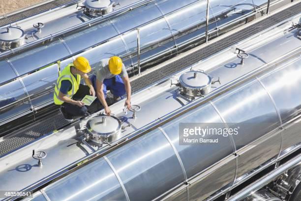 Arbeiter auf der Plattform über Edelstahl Milchtanker