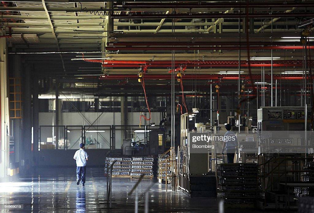 Workers operate the assembly line at the Changan Ford Mazda : News Photo