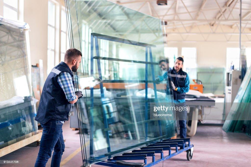 Arbeitnehmer, die Verpackung Glasscheiben im Lager : Stock-Foto