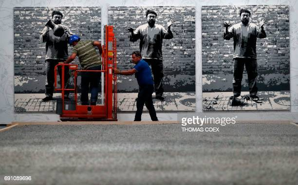 Dropping A Han Dynasty Urn Stock Photos And Pictures Getty Images