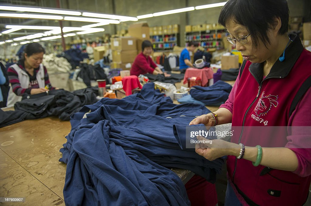 Verrassend Workers perform quality control on American Giant sweatshirts ZR-67