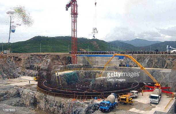 Workers pour concrete at a construction site for nuclear reactors August 7 2002 in Kumho North Korea Officials of the Korean Peninsula Energy...