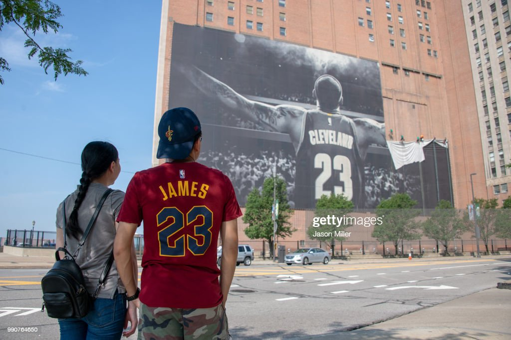 LeBron James Banner Removed From Outside Cleveland Cavaliers' Arena : Foto di attualità