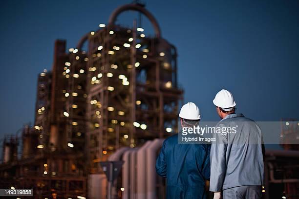 立って製油所の労働者