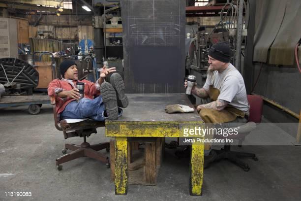 workers taking break in factory - pause machen stock-fotos und bilder