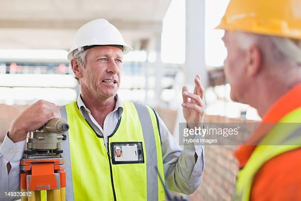 工事現場でについて話す作業員