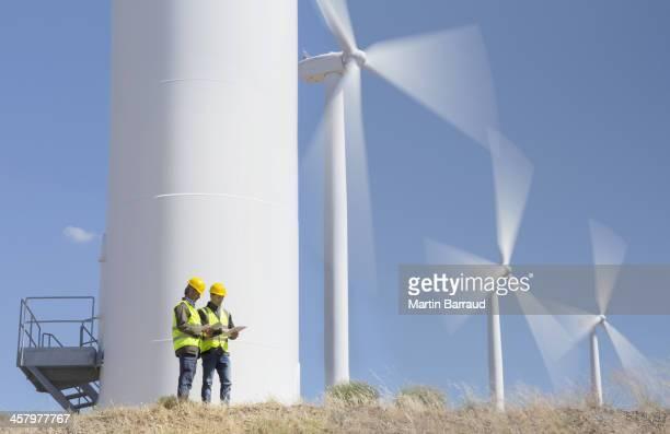 Operai parlano di turbine eoliche nel paesaggio rurale