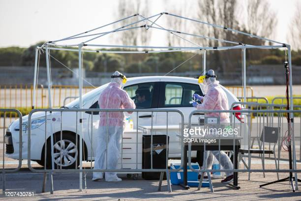 Workers test people in a car during the CoVid19 Drive Truh model assembled in Matosinhos With the objective of hospital tests in conditions of...