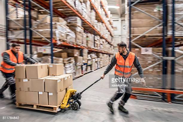 Travailleur transportant des boîtes dans un entrepôt