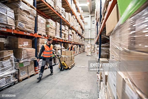 Transport von Kartons im Lager Arbeiter