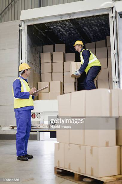 Arbeitnehmer, die Kisten aus einem LKW Entladen