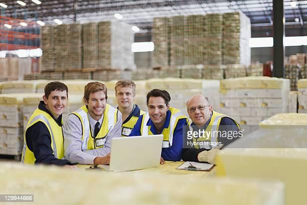 Arbeitnehmer mit laptop im warehouse
