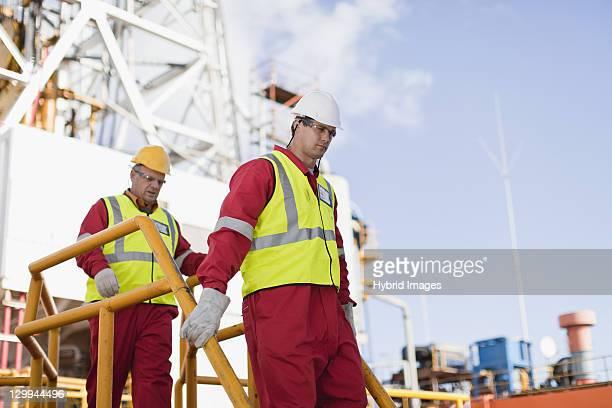 trabalhadores caminhando na plataforma petrolífera - grade de proteção - fotografias e filmes do acervo