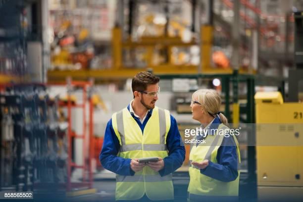 Arbeiter zu Fuß durch eine Fabrik