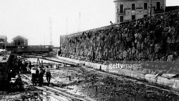 Workers widening of the channel next to the Etruscan walls, orbetello 1920-30.