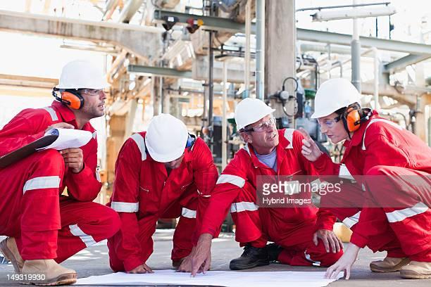 Arbeitnehmer mit Werkzeuge in Ölraffinerie