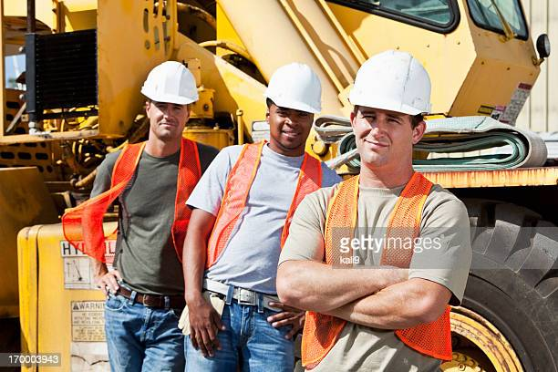 workers with heavy machinery - crane construction machinery stock pictures, royalty-free photos & images