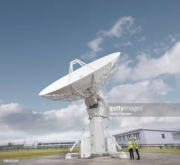 workers with satellite dish - radio telescope stock pictures, royalty-free photos & images