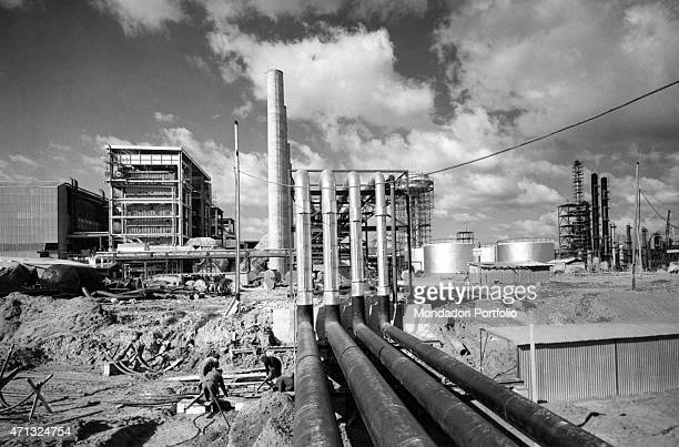 Workers working in a Montecatini petrochemical plant. Brindisi, March 1963
