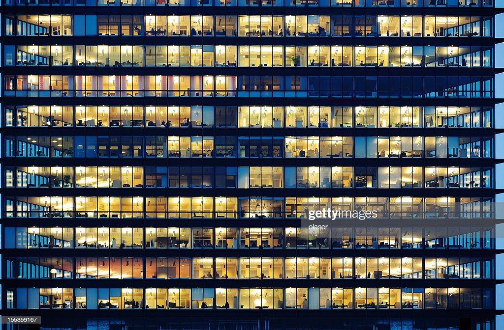 Arbeitnehmer arbeitet spät. Büro-Fenster bei Nacht. : Stock-Foto