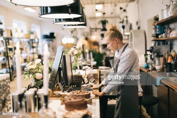 arbetar på cafe - estland bildbanksfoton och bilder