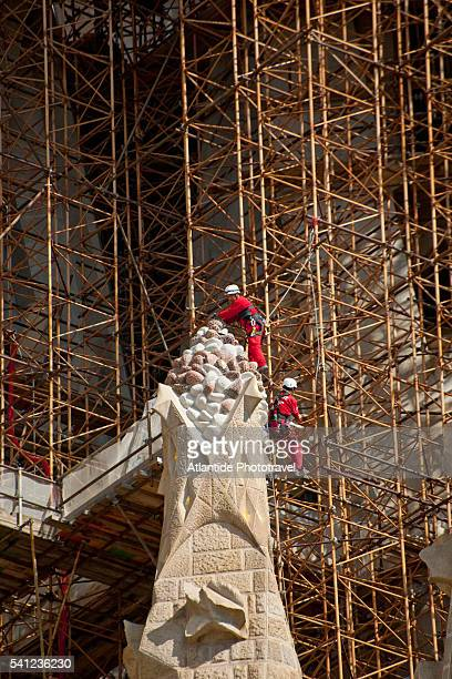 working at construction of sagrada familia. architect antonio gaudi - familia stock pictures, royalty-free photos & images