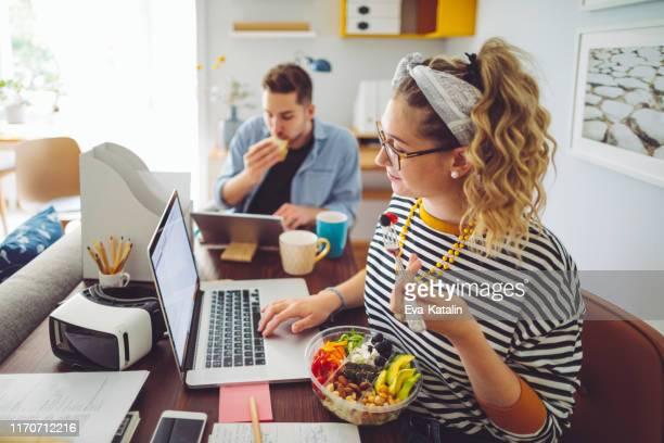 thuis werken - lunch stockfoto's en -beelden