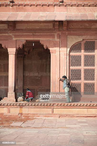 working at mosque in fatehpur sikri, india - agra jama masjid mosque stockfoto's en -beelden