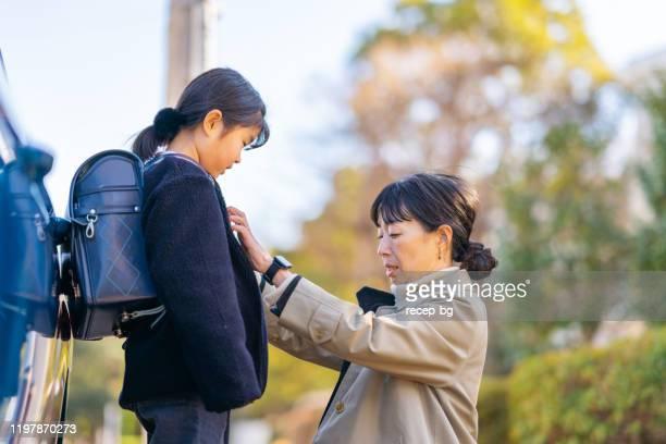 娘を学校に連れて行く働くビジネスマザー - シングルマザー ストックフォトと画像