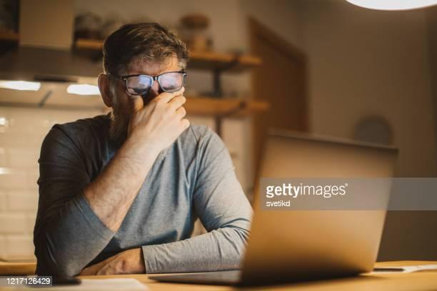 trabajar durante el período de aislamiento - evitar fotografías e imágenes de stock