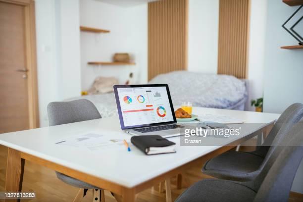 自宅での仕事、金融や電子バンキングの取り扱い - %e... ストックフォトと画像