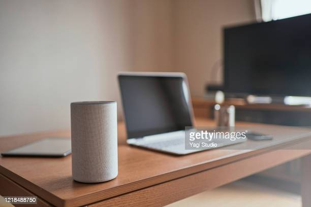 working from home and using a smart speaker - ブルートゥース ストックフォトと画像